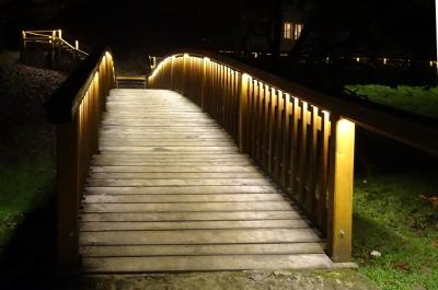 Brücke mit beidseitiger Beleuchtung